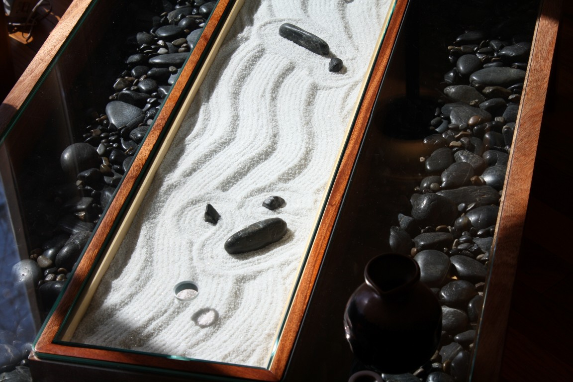 Zen garden coffee table 10 sand and stone gardens the for Table zen garden